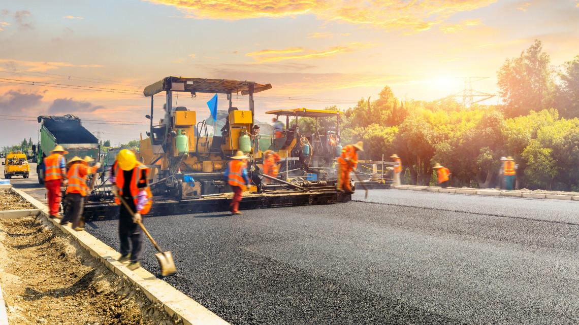 300 milliárdos felújítás: több mint ezer kilométernyi útszakaszt tesznek rendbe, mutatjuk hol