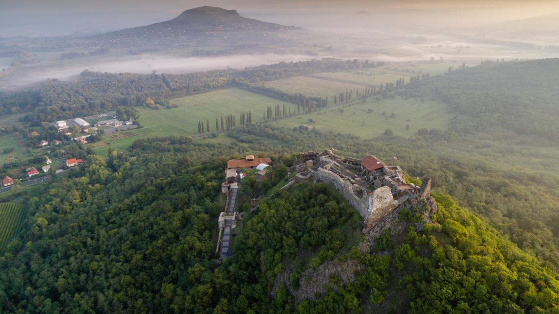 Bakancslista: 5 lenyűgöző várrom, amit kár kihagyni a Balaton-felvidéken