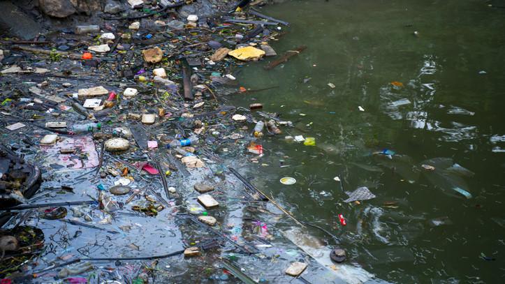 Árad a Tisza: brutális mennyiségű hulladék úszik a víz tetején