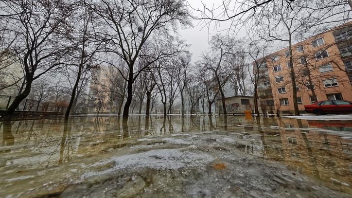 Kiadták a figyelmeztetést: zápor, zivatar de még ónos eső is várható