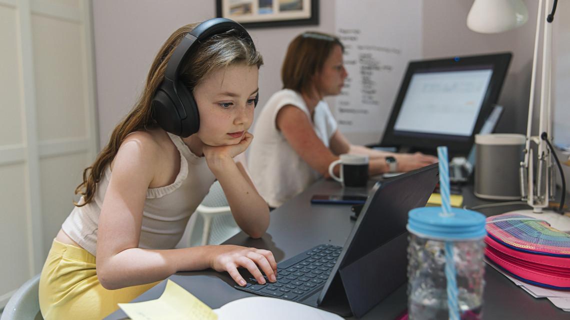 Sokkoló: minden tizedik gyerek belefut egy magát gyereknek kiadó felnőttbe a neten
