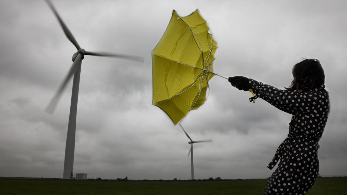 Viharos szélre, és rengeteg esőre figyelmeztetnek: mutatjuk, hol lesz a legcudarabb az idő