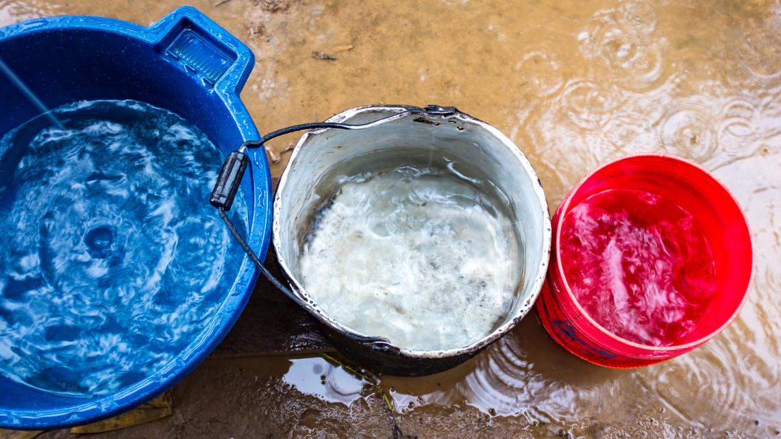 Döbbenet: még a konnektorokból is folyik a víz egy vidéki általános iskolában + videó