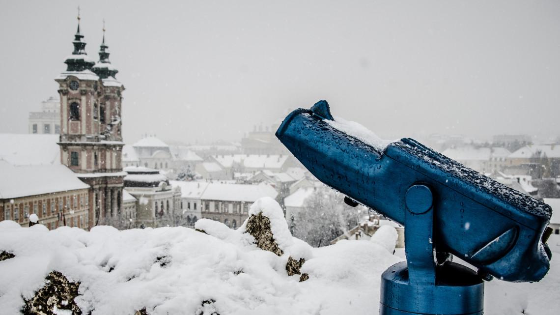 Lenyűgöző: csodás drónvideó készült a hóba borult vidéki nagyvárosról