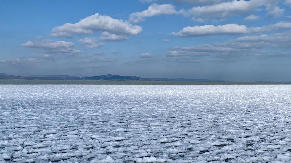 Megtelt a Balaton: a sarkvidéki hideg ellenére rengeteg strandbüfé is megnyitott