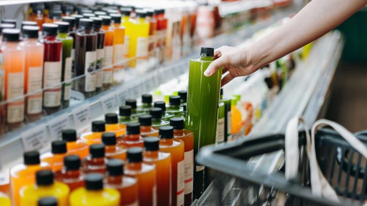 Ne költs egy vagon pénzt gyümölcslevekre: így készítheted el fillérekből otthon is