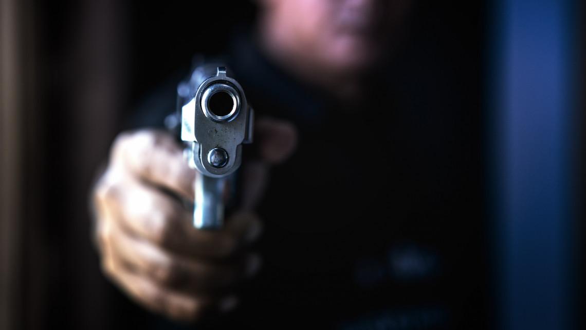 Hihetetlen trükk: kisfia játékpisztolyával rabolt ki egy csemegeboltot a férfi