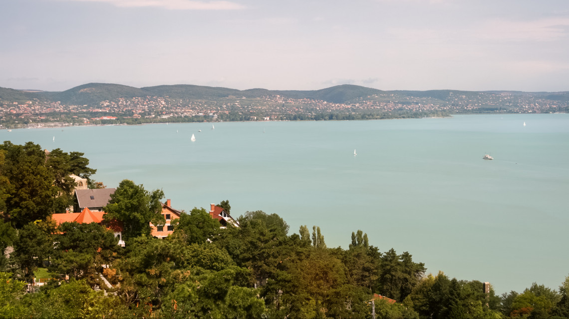 Életveszélyes partfalak a Balatonnál: hiába az omlásveszély, tömegek építkeznek rájuk