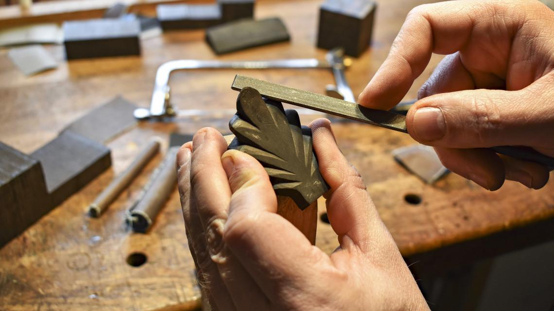 Csodaszép ékszereket készít fából a vidéki dizájner: szerte az országban rajonganak érte