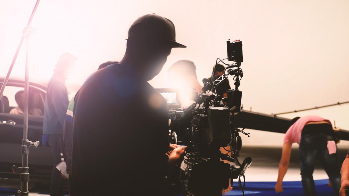 Spielberg-produkciót forgatnak a vidéki stadionban: ellepték a 26. század gonoszai