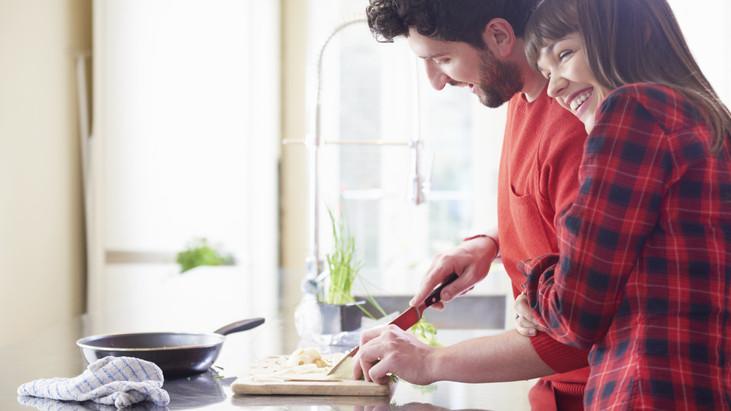 Férfiak a konyhában: íme 3 egyszerű recept, amivel bármikor lenyűgözhetjük kedvesünket