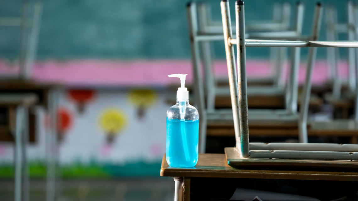 Koronavírus: pápai katonákból álló csapat fertőtleníti a vidéki iskolákat
