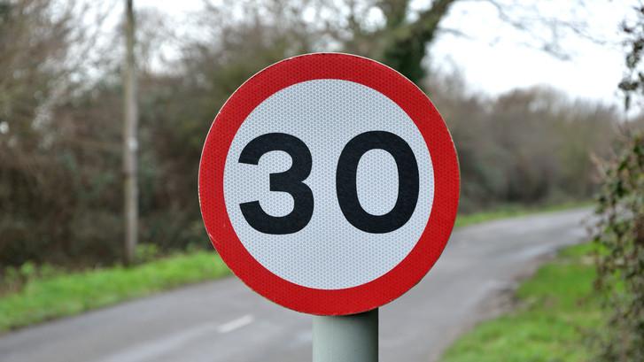 Születésnapokra lopják a közlekedési táblákat: jelzések hiánya már balesetet is okozott Békésben