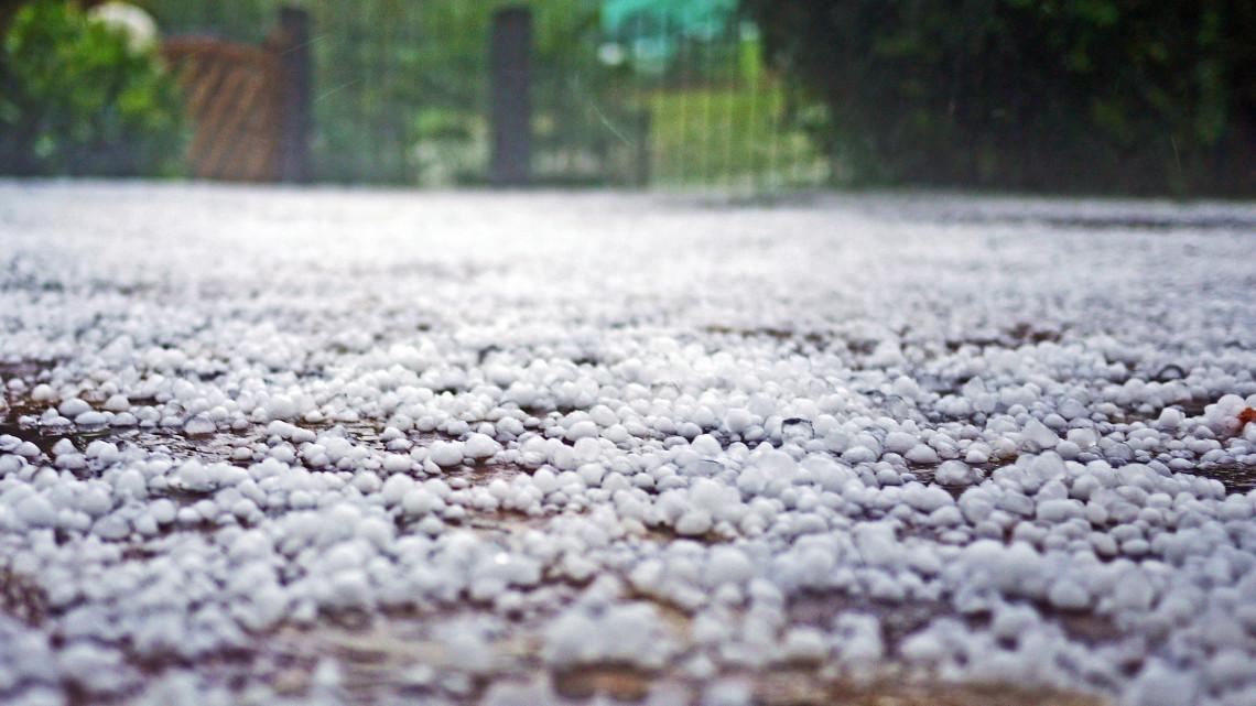 Jégeső és hó tarolta le a vidéki városokat: a környező települések sem úszták meg szárazon