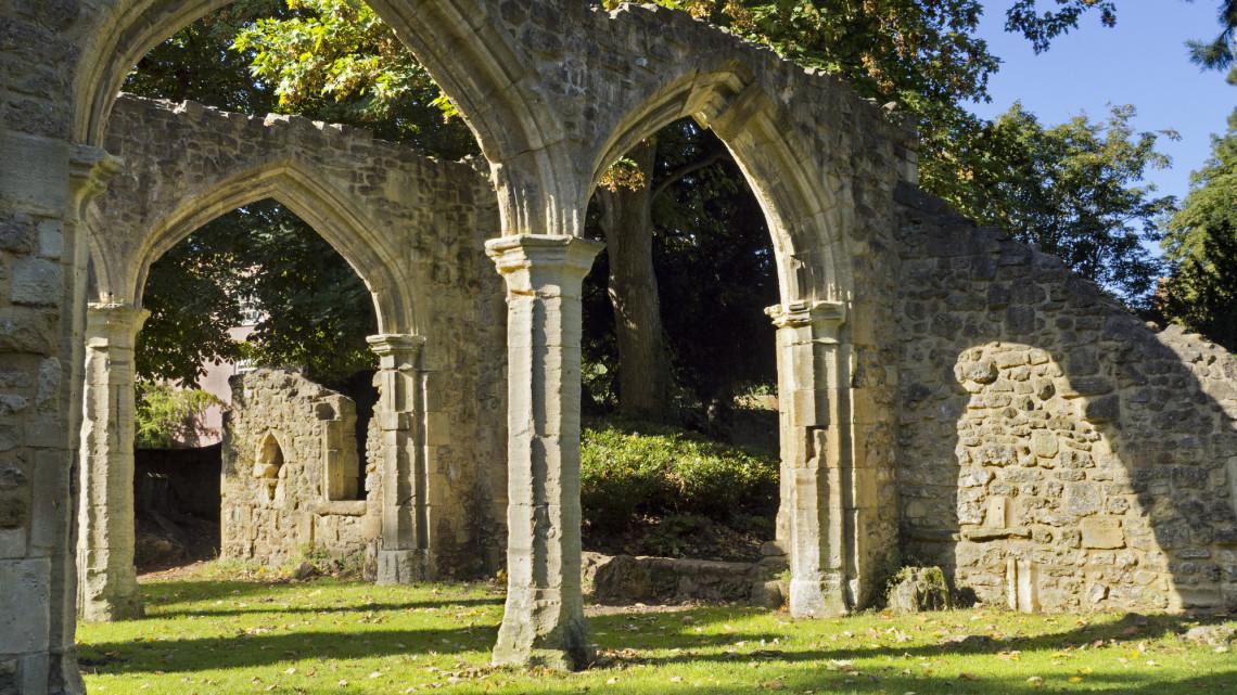 Bakancslista: 5 titokzatos kolostorrom a Balaton-felvidéken, amit muszáj látni