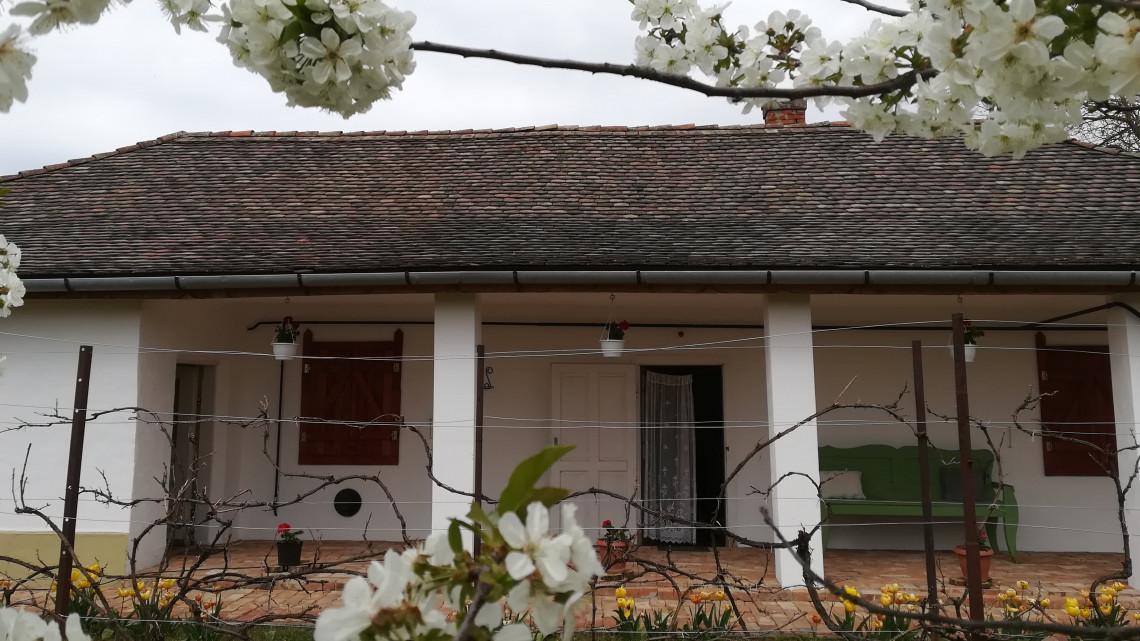 Így újíthatsz fel egy tornácos parasztházat: csodás otthont teremtett a fiatal pár