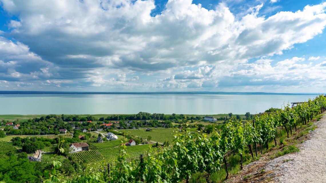 Kész, máris megtelt a Balaton: őrült tömeg, brutál árak a magyar tengernél