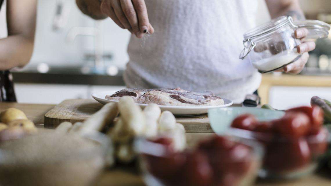 Pórul jár, aki sokat fogyaszt: ártalmas lehet ez a nélkülözhetetlen konyhai alapanyag