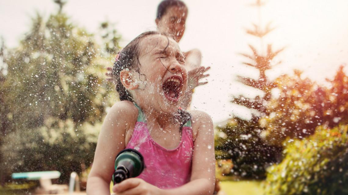 Elképesztő napok jönnek: lehet elővenni a fürdőruhát, holnaptól pedig az esőkabátot!