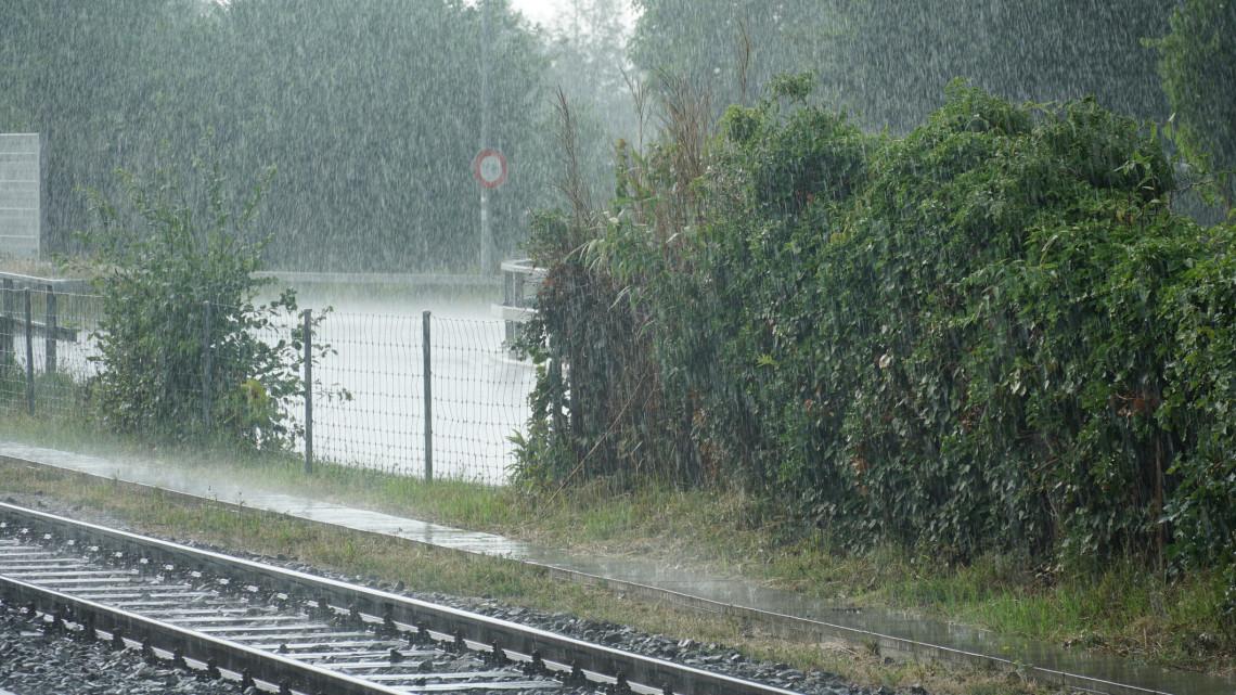 Ezt okozta itt a brutális vihar: fa dőlt a vasúti felsővezetékre a két település között
