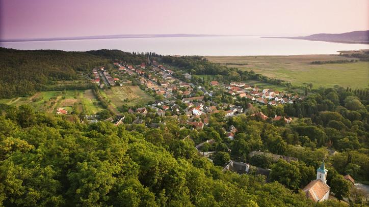 Fontos változás érik a Balatonnál: így számolnák fel a szezonalitást