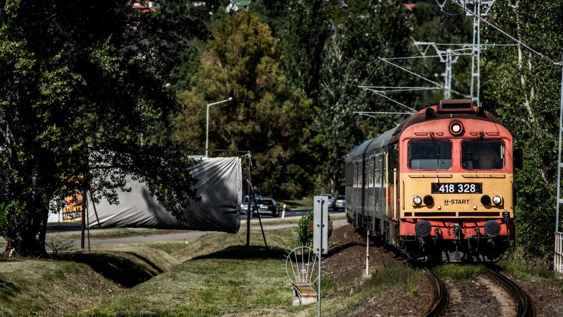 Jó hír a Balatonra utazóknak: elfelejthetik itt a pótlóbuszokat