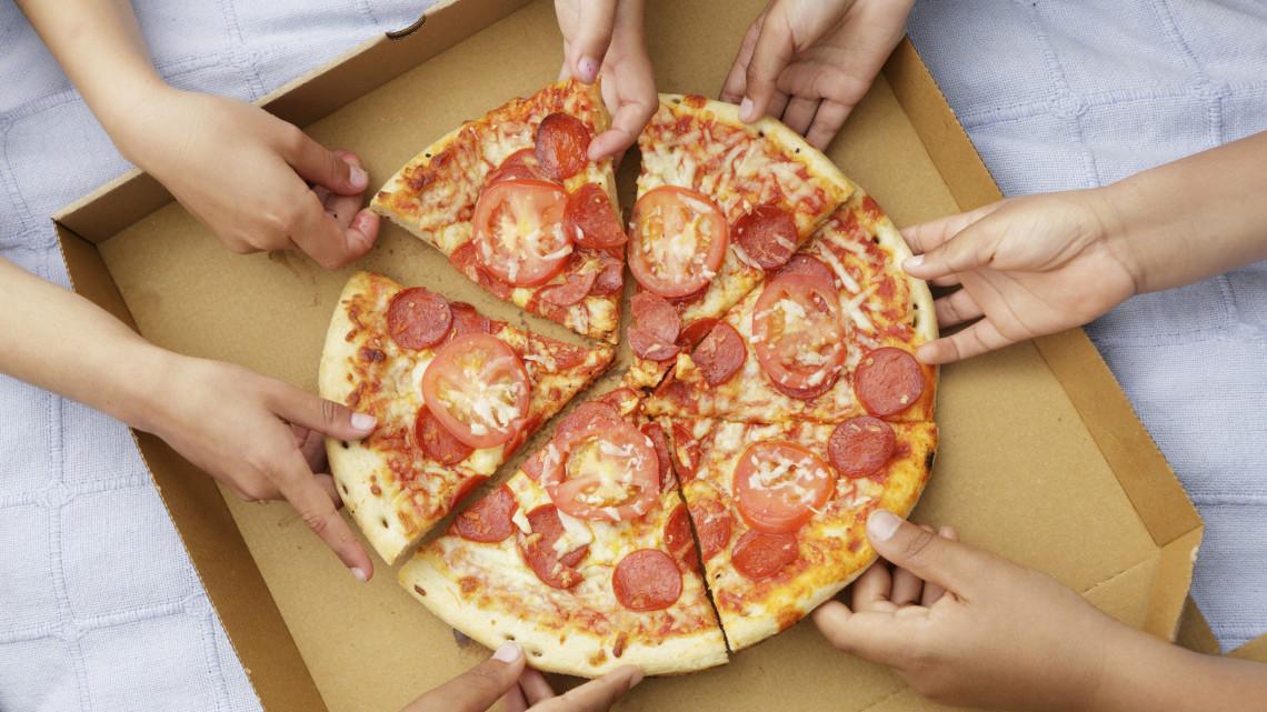 Hány kalória egy pizza, hány kalória egy szelet pizza? Ennyi egy 32 cm pizza kalória tartalma és a pizza szelet kalória
