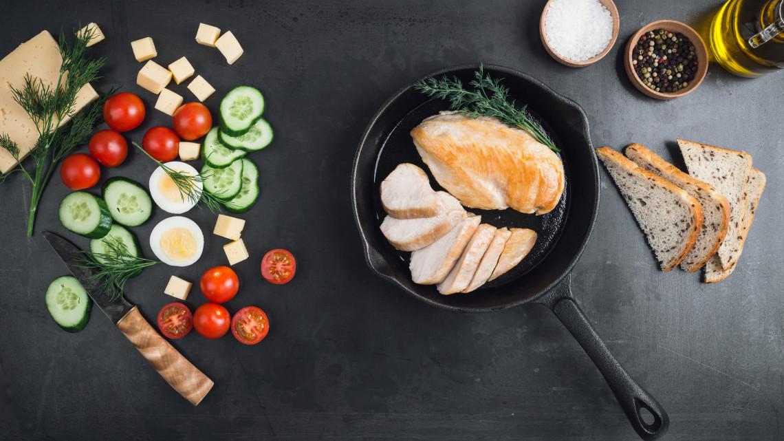 Egy szelet csirkemell hány kalória? Ennyi a sült csirkemell kalória, a rántott csirkemell kalória és a grillezett csirkemell kalória tartalma