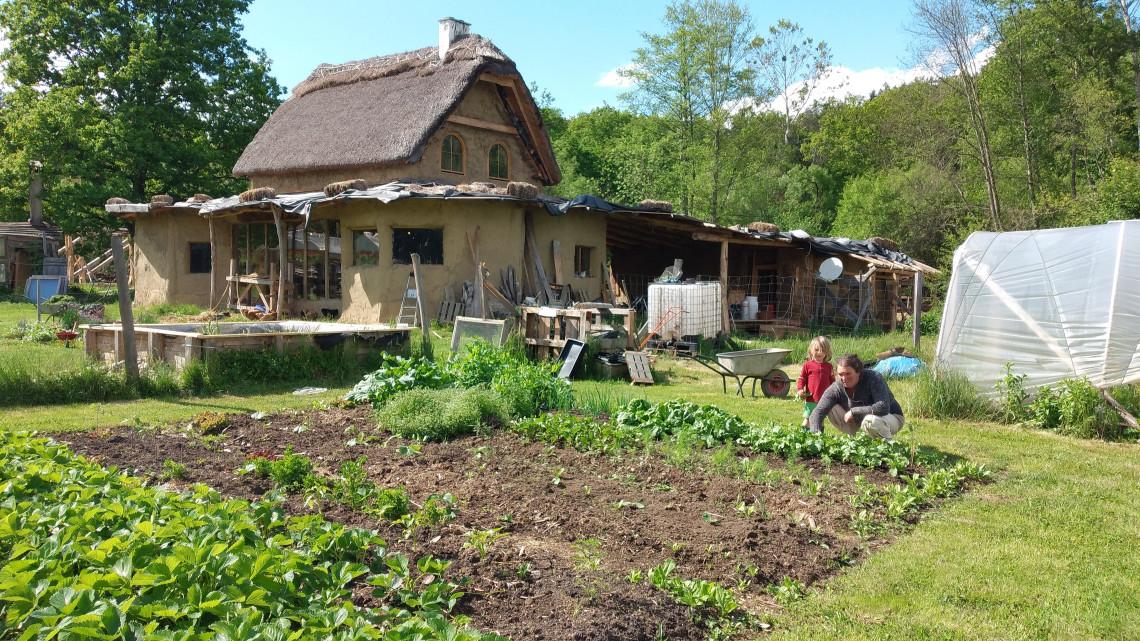 Ez lett az elhagyatott magyar vidékből: hobbitházas ökotanyát csinált a fiatal belga pár