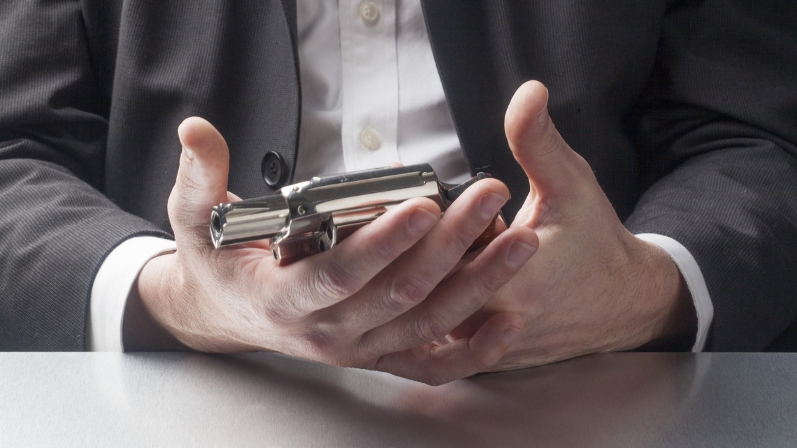 Őrült fegyveres támadás Gyöngyösön: az egész hivatallal végezni akart a 46 éves férfi