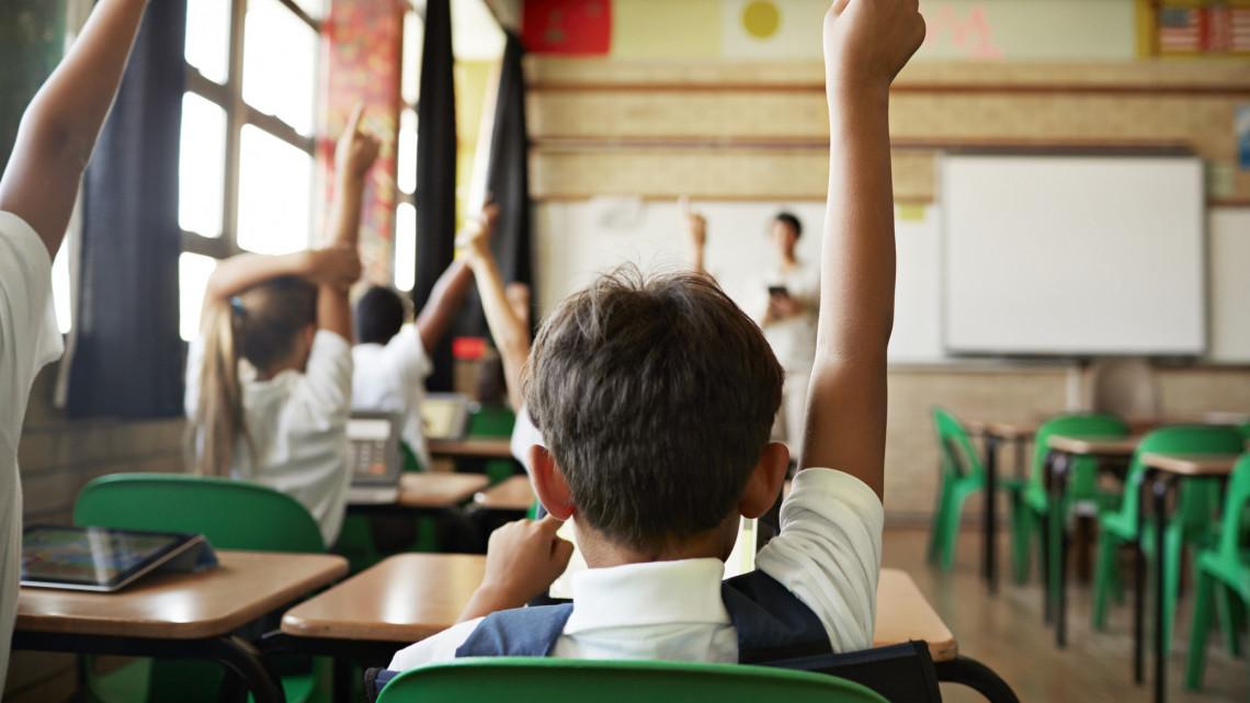 Grafikonon a lesújtó valóság: megalázóan alacsony a magyar tanárok fizetése