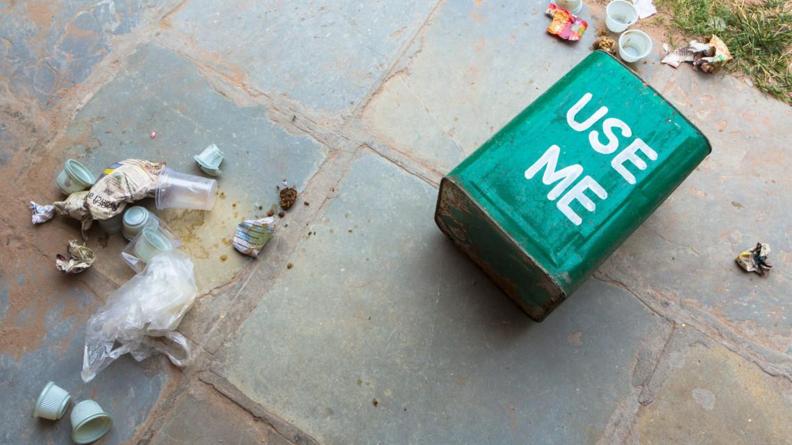 Befellegzett az egyszer használatos műanyag termékeknek: durvul a szabályozás