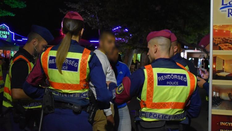 Brutális razzia a siófoki aranyparton: videón a rengeteg rendőr