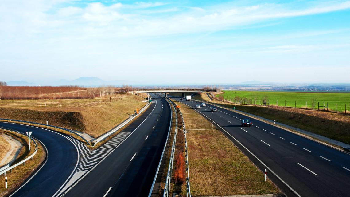 Újabb autópálya épül itthon: örülhetnek a Balatonra siető autósok