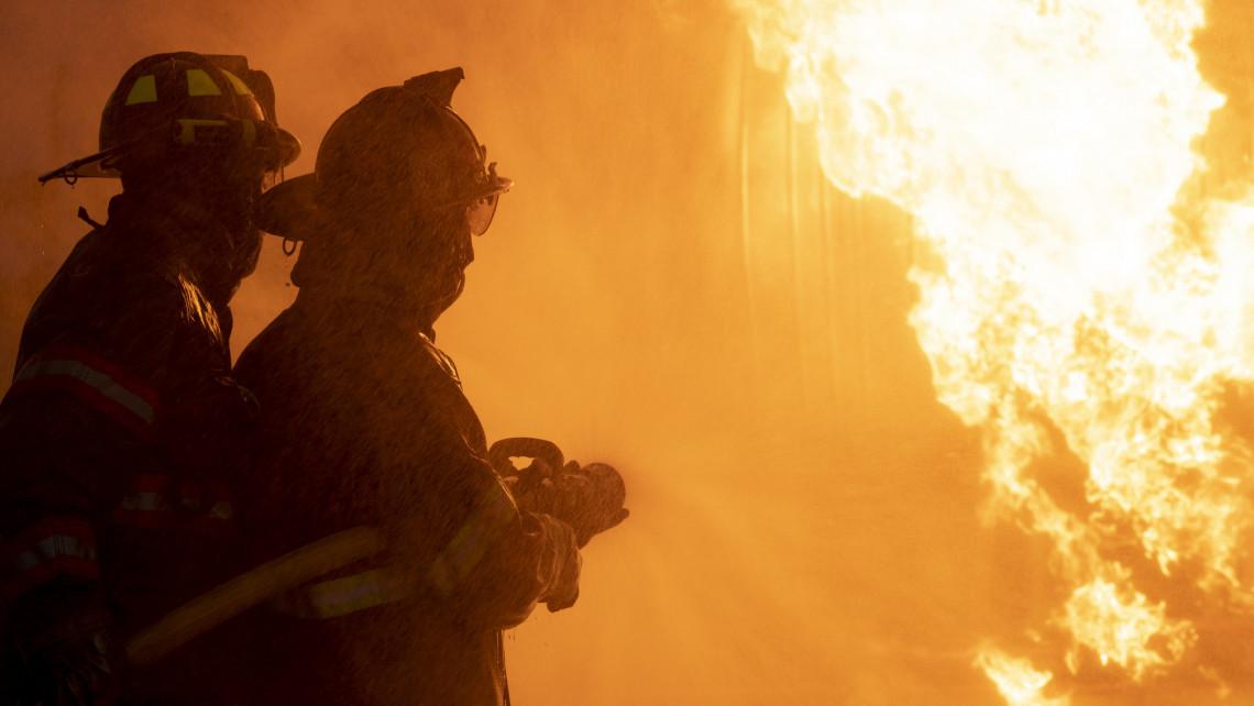 Lángokban áll a vidéki szálloda: videón mutatjuk a döbbenetes képsorokat