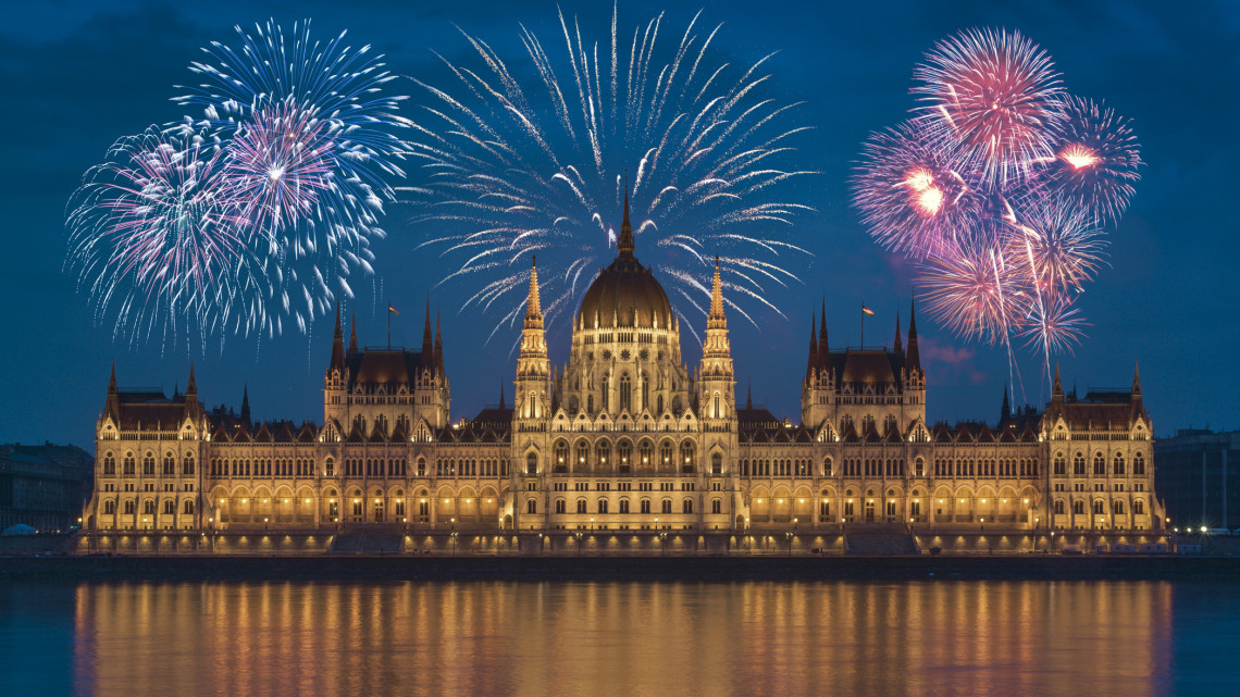 Őrületes éjszaka vár: minden idők legnagyobb tűzijátékára készülnek