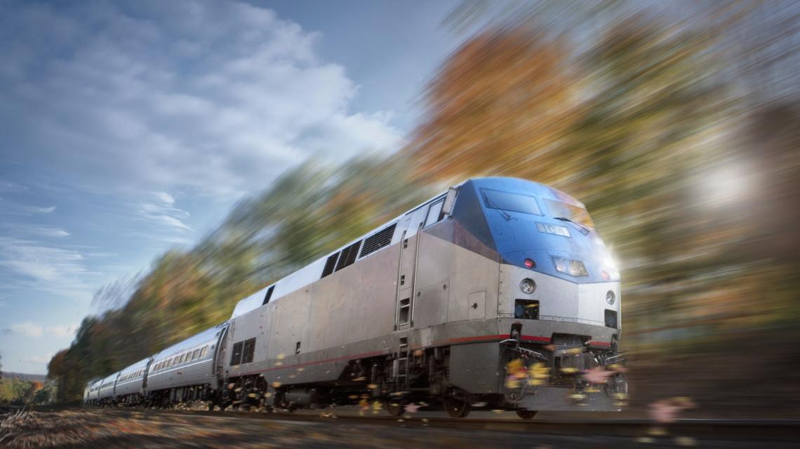 Személyautó ütközött itt vonattal: pótlóbuszok közlekednek késő estig