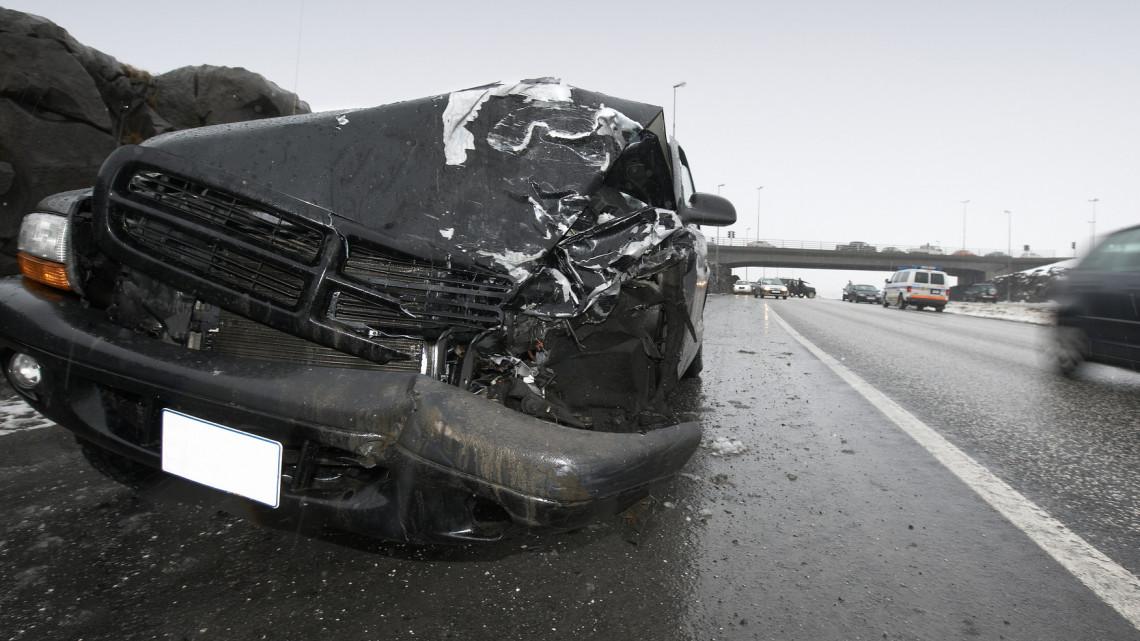 Őrület, mi történik az utakon: felismerhetetlenségig roncsolódott a személyautó